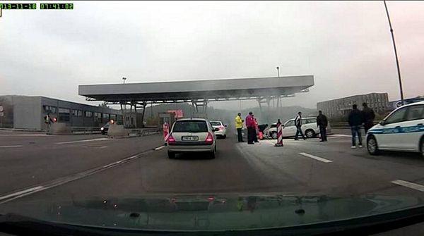 Autoput Banjaluka-Gradiška: Žena automobilom udarila u betonski stub naplatne rampe (FOTO/VIDEO)