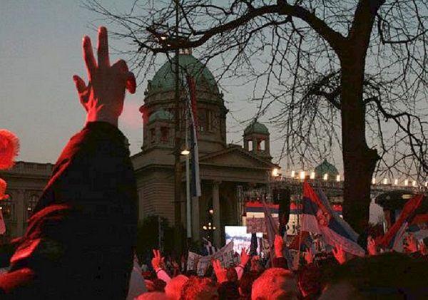 Simbolika tri prsta: Zašto samo Srbe napadaju zbog toga?