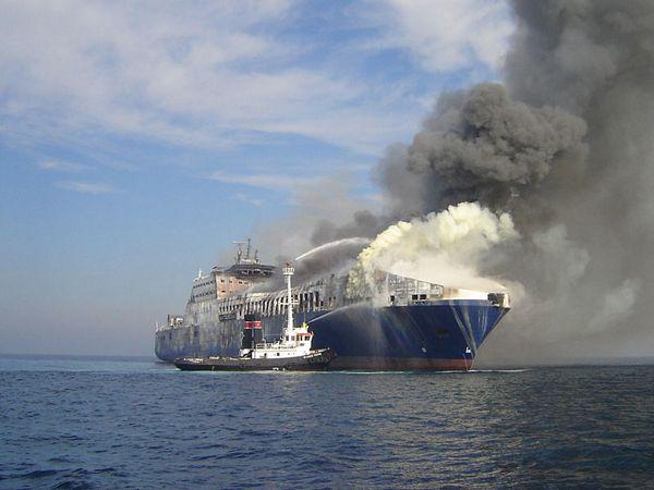 Ugašen požar na brodu nakon 13 sati