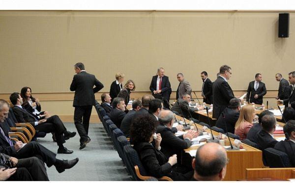 Usvojena Ekonomska politika Srpske za 2014., opozicija povadila mikrofone i napustila salu