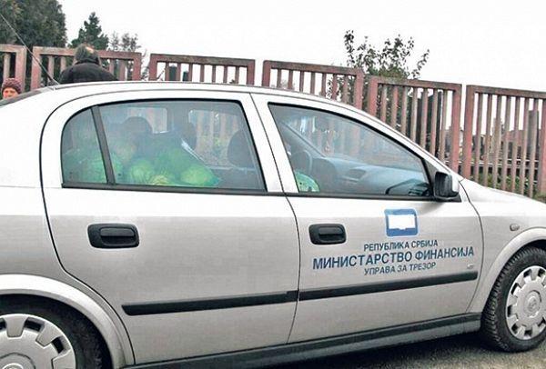 Kupus u službenom automobilu