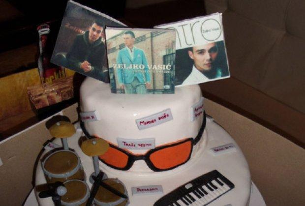 Željko Vasić od obožavateljke dobio mužičku tortu za rođendan