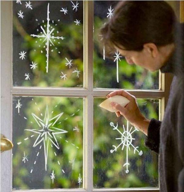 Ukrasite prozor za praznike pomoću običnog sapuna