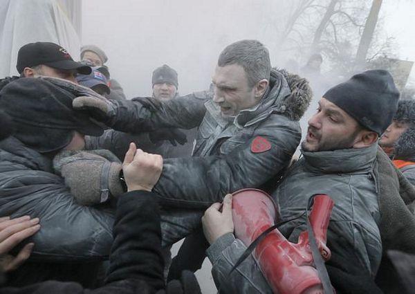 Kijev: Sukobi s policijom, desetine povrijeđenih