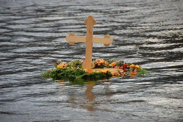 Bogojavljenska litija i plivanje za Krst časni