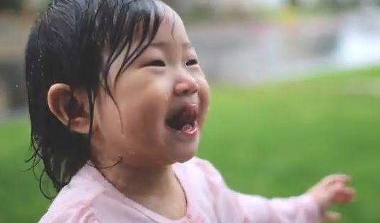 HIT VIDEO: Djevojčica prvi put na kiši