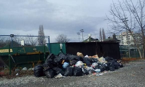 Hrpa smeća uz obalu Vrbasa
