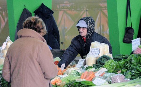 Zima na banjalučkoj Tržnici: Voće i povrće umotavaju u ćebad