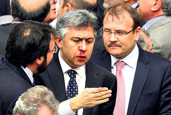 Tuča u turskom parlamentu: Članovima slomljeni nosevi i prsti