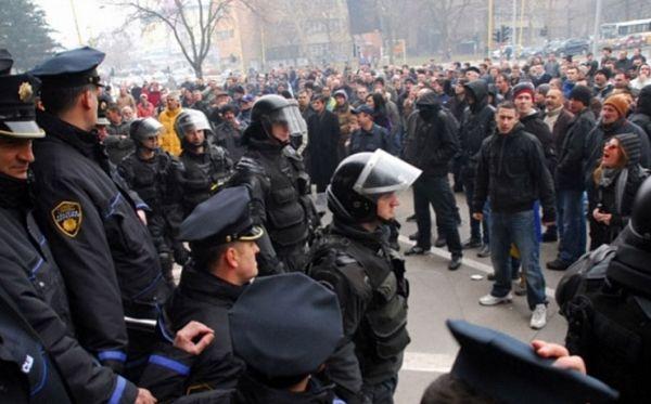 Tuzla: Demonstranti probili kordon policije, pale svijeće za ministre