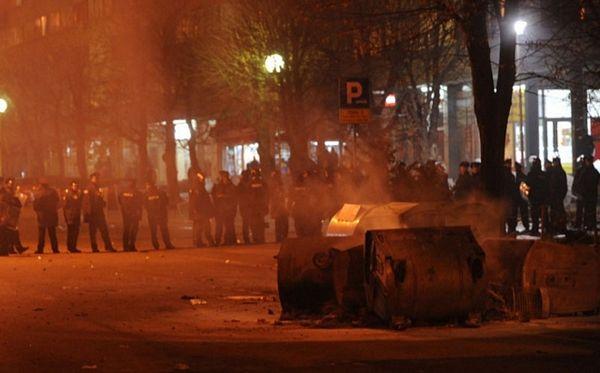 Policija u Tuzli rastjerala demonstrante, protesti i sutra (VIDEO)