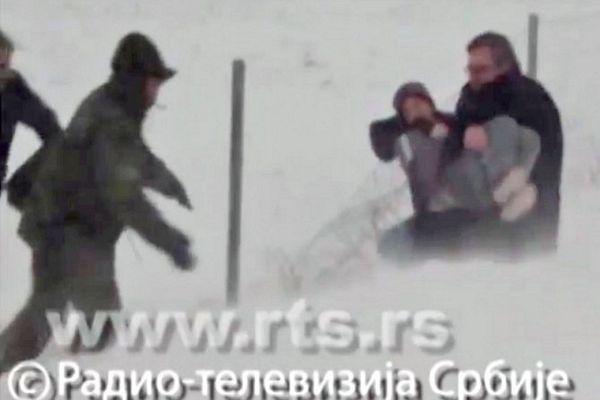 Vučić spašava dijete iz sniježnog smeta kod Feketića (VIDEO)