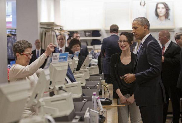 Obama šopinguje: Pokloni ženi i ćerkama, plaća karticom (FOTO)