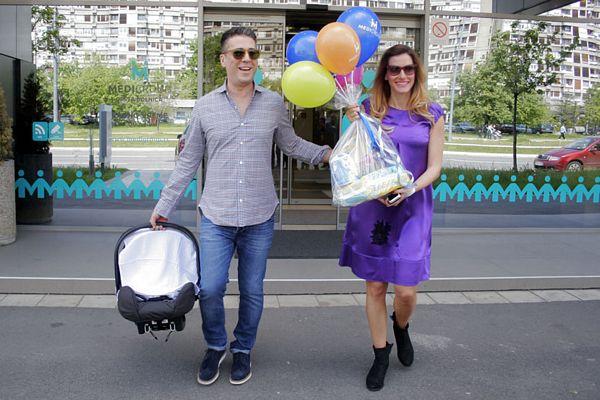 Prve fotografije Željka i Jovane sa bebom (FOTO)