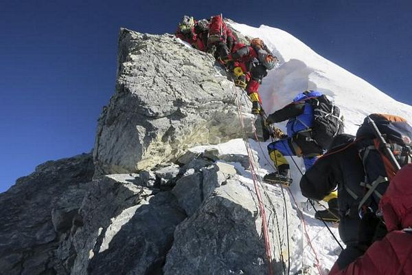 Mont Everest: Lavina zatrpala planinare, šest poginulih