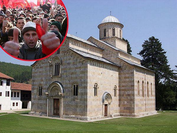 Grafiti OVK na kapiji manastira Visoki Dečani