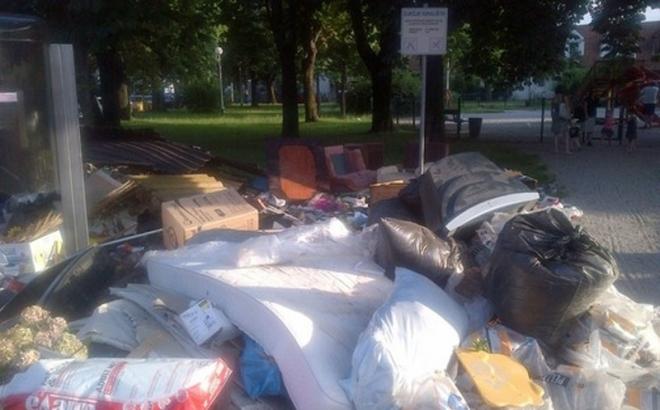 U Kninskoj ulici ostavljaju smeće pored kontejnera