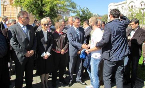 Tadić pozvao na mir pred Palatom predsjednika RS