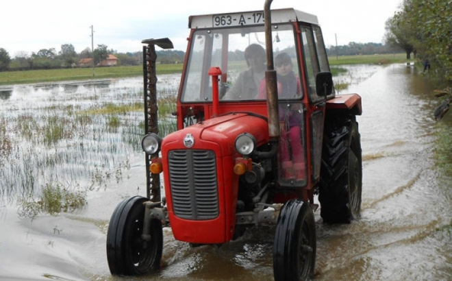 Traktorom voze đake do škole