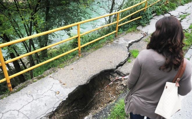 Klizište progutalo trotoar u Srpskim toplicama