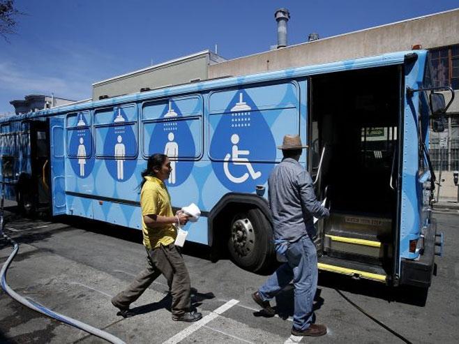 Tuš-autobus na ulicama San Franciska (FOTO)