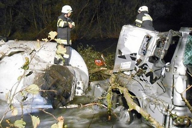 Austrija: 26.000 litara sokova se izlilo u rijeku kad je vozač zaspao za volanom