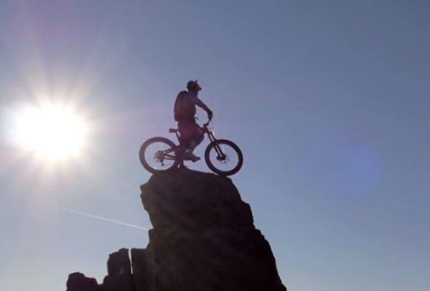 Neustrašivi biciklista vozi na ivici provalije u Škotskoj (VIDEO)