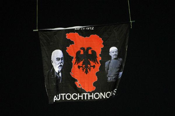 Albanska provokacija prekinula meč Srbija – Albanija (VIDEO)