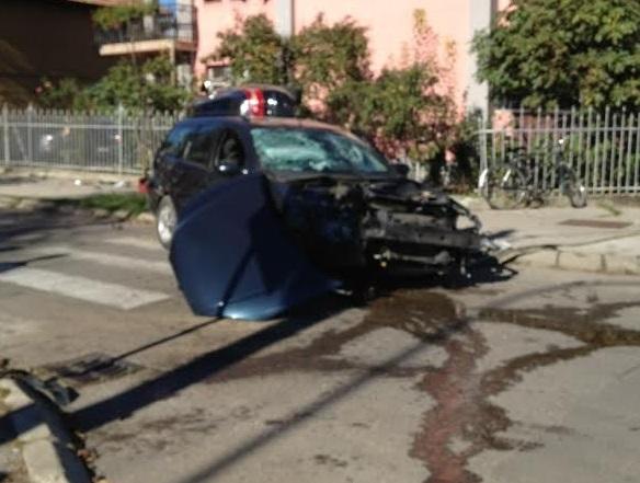 Saobraćajka u Ulici Milana Radmana, prevrnuo se mercedes (FOTO)