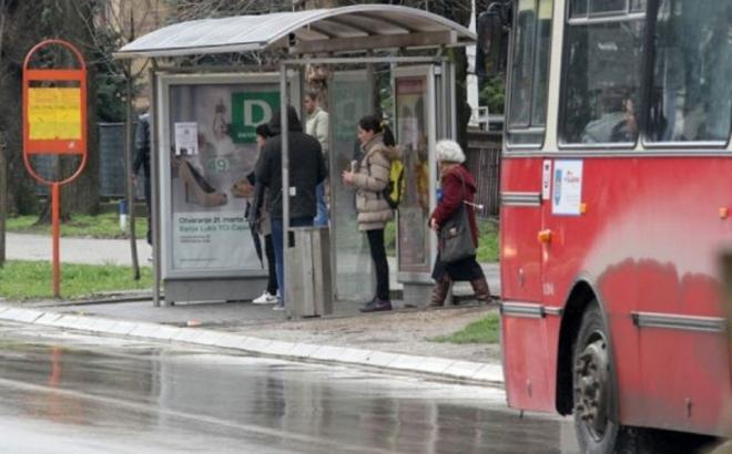 Nadstrešnicu niko ne održava: U  Lazarevu čekaju autobus i kisnu