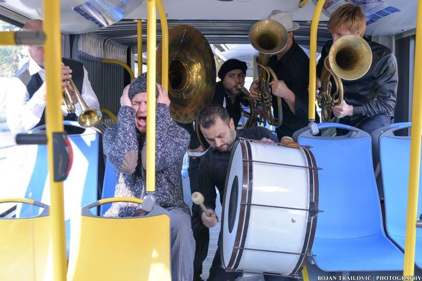 Tropiko bend sa trubačima u autobusu snimio novi spot