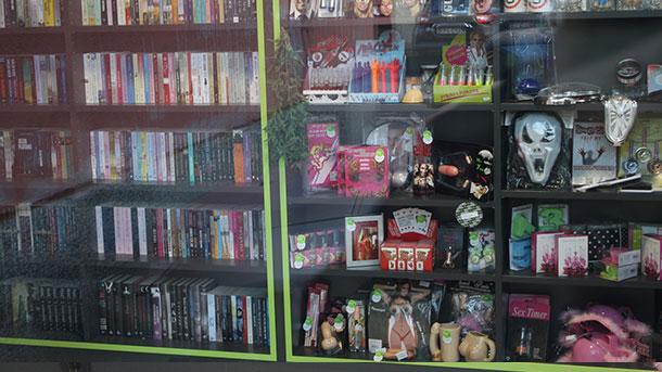 Neobičan banjalučki izlog: Knjižara ili seks šop?