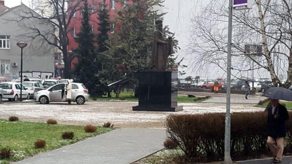Banjalučki običaj: Parkiranje kod spomenika