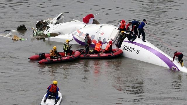 Dramatičan snimak nesreće: Avion se srušio u rijeku, najmanje 12 ljudi poginulo