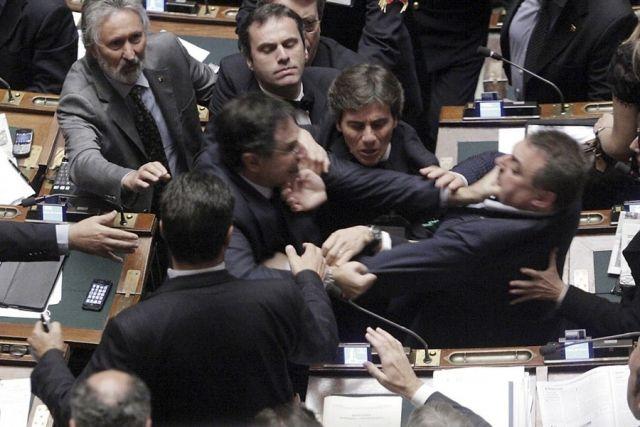 Tuča u italijanskom parlamentu (VIDEO)