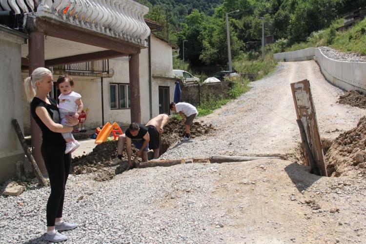 Život u naselju Potok: Sa bebama žive bez kapi vode, sanaciju čekaju mjesecima