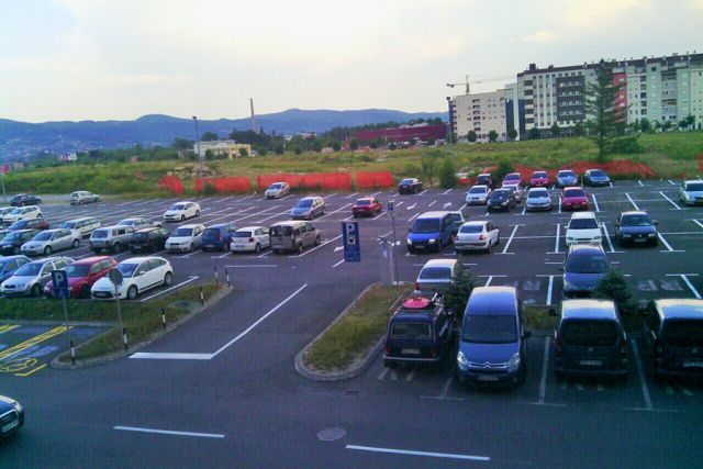 """Sad i """"obični"""" građani mogu na parking kod Vlade"""