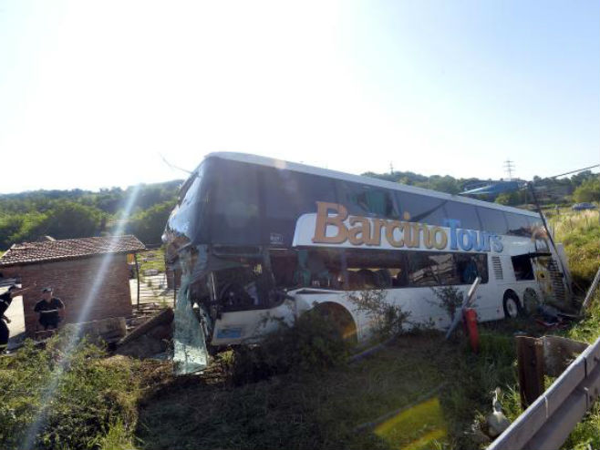 Beograd: Prevrnuo se autobus, poginula žena, 62 povrijeđena