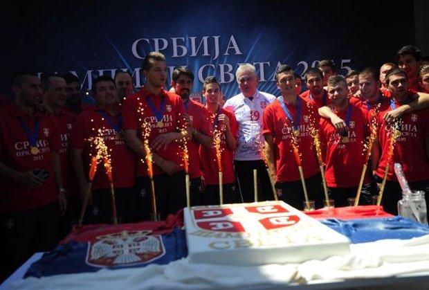 """""""Orlići"""" skandirali: Hoćemo nacionalne penzije! Nikolić: To vam i sljeduje!"""