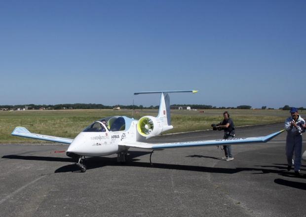 Avion na baterije preletio Lamanš (FOTO)