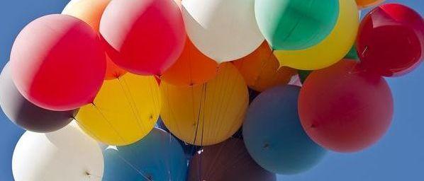 Letio uz pomoć 110 helijumskih balona (VIDEO)