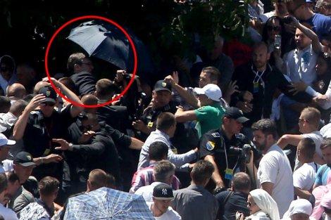 Vučić pogođen kamenom u lice, delegacija evakuisana (VIDEO)
