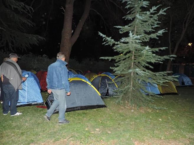 Protest u Podgorici: 400 ljudi kampovalo ispred Skupštine