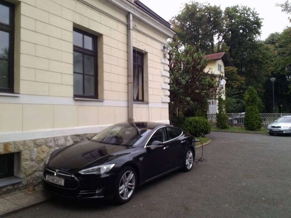 """Radi, a ne čuje se: Tesla Model S """"posjetio"""" Banjaluku (FOTO)"""