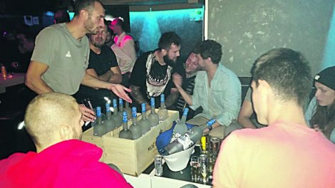 "UTAPALI TUGU 12 flaša votke za ""orlove"" /FOTO/"