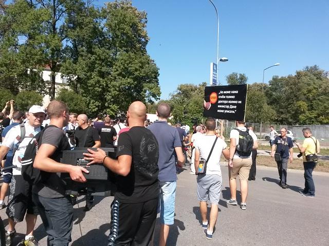 Javni servis dobio televizor: Protest ispred zgrade RTRS-a (FOTO/VIDEO)