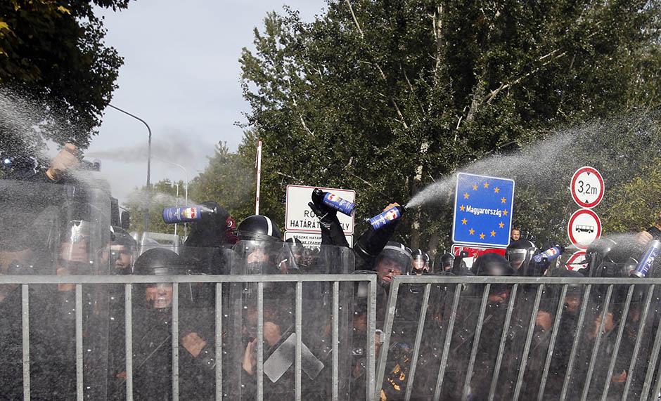 UŽIVO: Haos na Horgošu, suzavcem na izbjeglice!