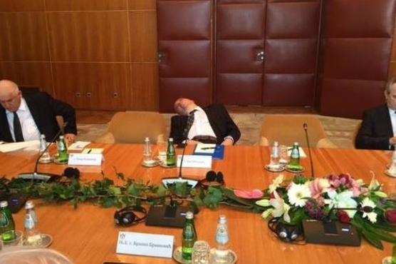 Umorni FOTO DANA: Političar zaspao na sastanku sa Tomom Nikolićem?