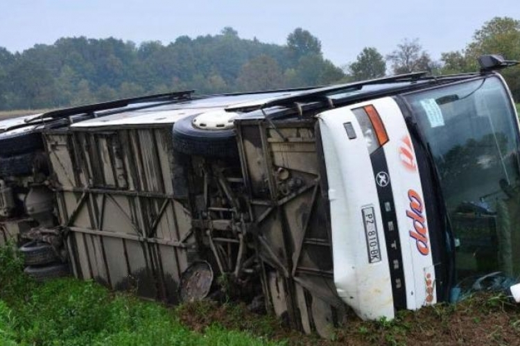 Autobus sa učenicima prevrnuo se kod Slavonskog Broda