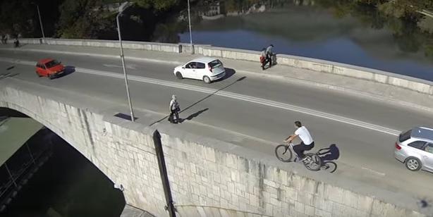 Ekstremni biciklizam: U Trebinju na ogradi mosta, u Banjaluci niz stepenice (VIDEO)